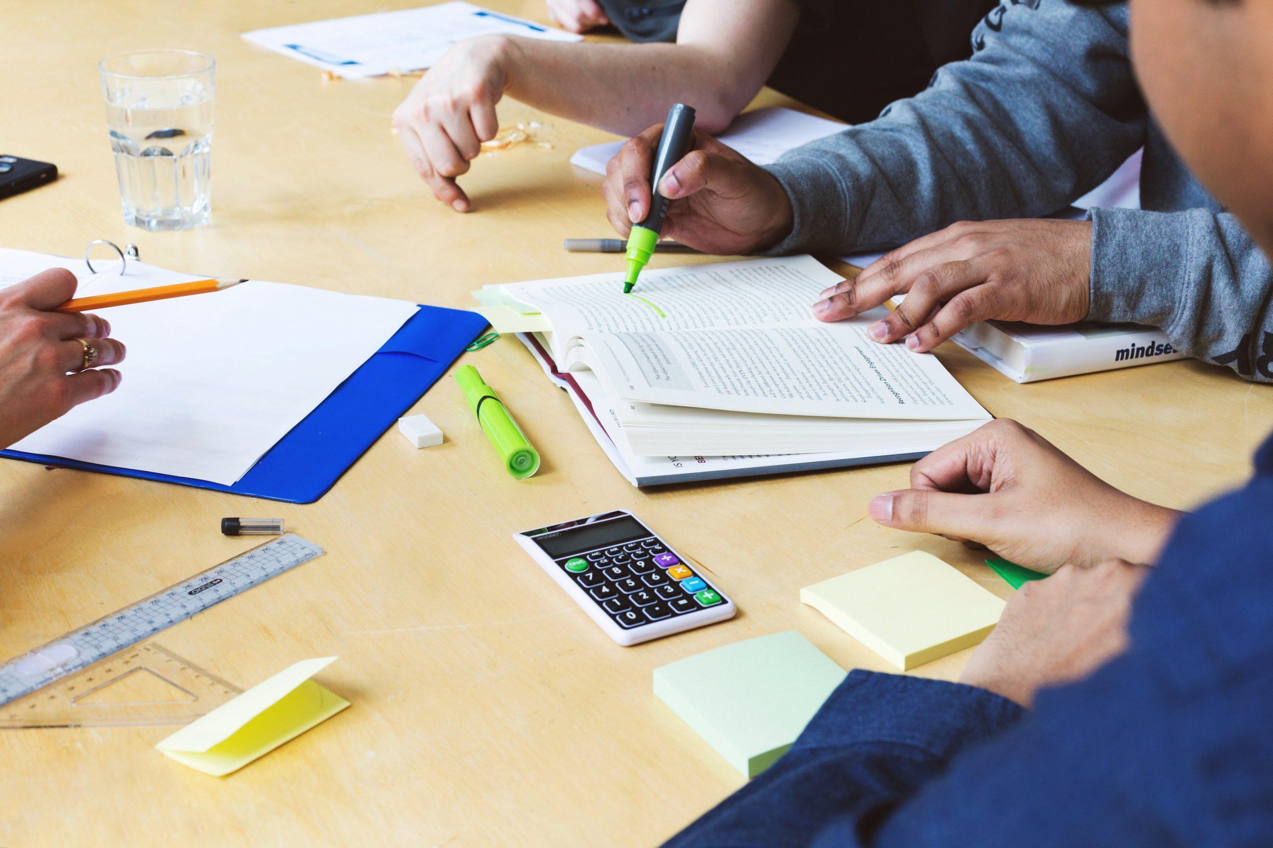 Photo étudiants qui travaillent